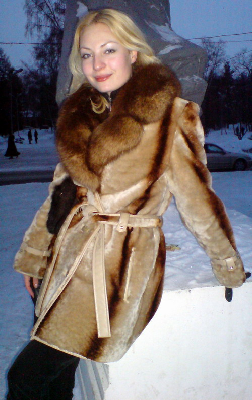 russian_women_furcoat2_r.jpg